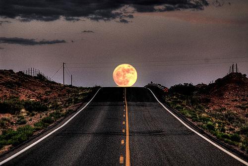 Lua cheia na estrada